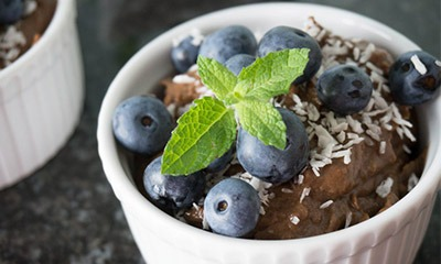 shokoladnyj-muss-s-avokado-i-finikami