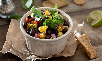 salat-iz-kukuruzy-i-chernoj-fasoli