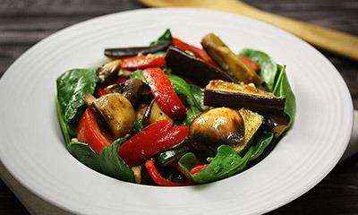 teplyj-nizkokalorijnyj-salat-iz-ovoshchej